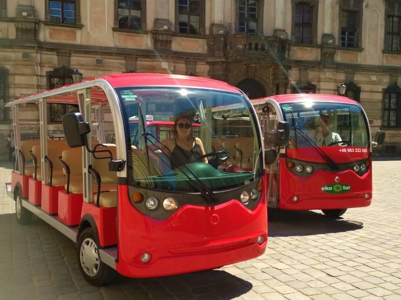 turystyczne pojazdy elektryczne czerwone autobusiki muzeum antropologi przewodnicy po wroclawiu