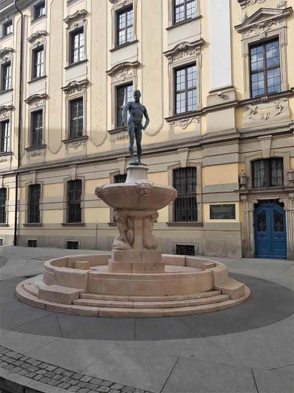 szermierz fontanna szermierza uniwesytet wroclawski