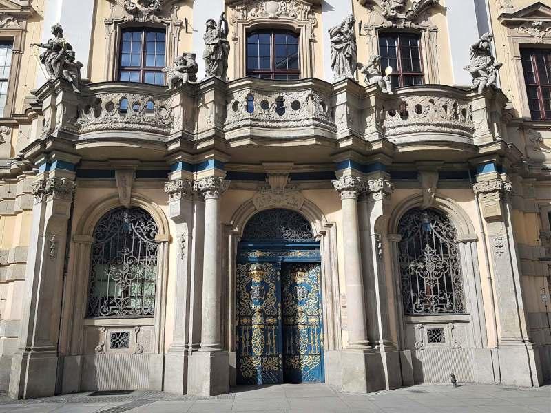 uniwersytet wroclawski wejscie glowny cztery cnoty kardynalne sprawiedliwosc mestwo roztropnosc umiarkowanie